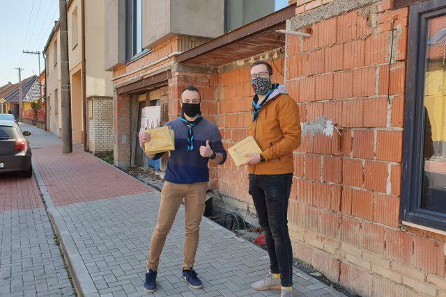 Obyvatelé Roudnice nad Labem dostávají od města roušky. Do schránek jim je roznášejí skauti