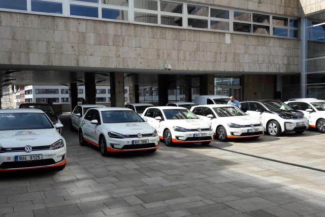ČEZ daroval Ústeckému kraji 19 nových elektromobilů