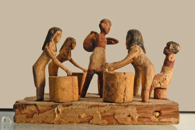 Vaření piva ve starověkém Egyptě. Dřevěná polychromovaná plastika z období střední říše, 12. dynastie, asi mezi lety 1994–1797 př. Kr.