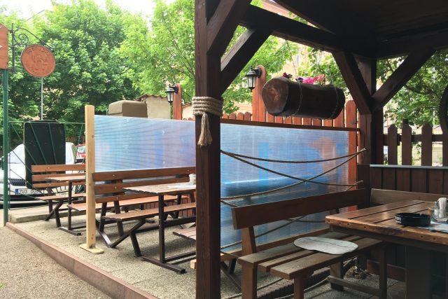 V jedné z teplických restaurací v části terasy oddělili stoly plastovou zástěnou