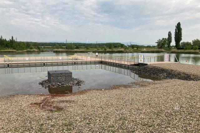 Areál u jezera Matylda v Mostě nabízí nově mola i plavecký bazén na hladině | foto: Jan Beneš,  Český rozhlas