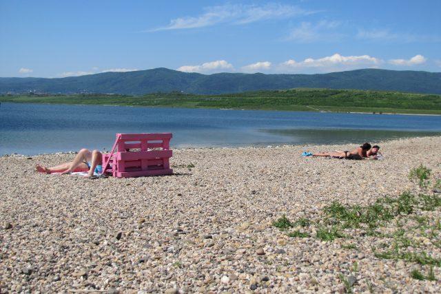 Růžová lavička u jezera Milada