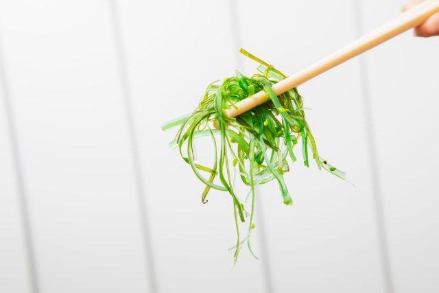 Mořská řasa wakame,  hůlka,  exotické jídlo,  zelenina,  asijská kuchyně. Ilustrační foto | foto: Fotobanka Profimedia