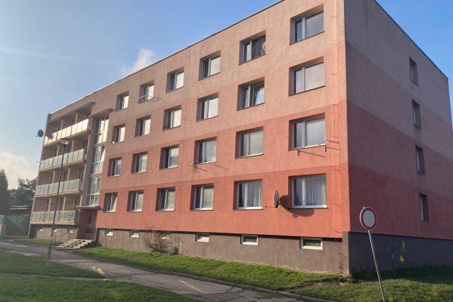 Dům na sídlišti Kovářská,  kde rodiny bydlí,  koupil nový majitel | foto: Daniela Pilařová,  Český rozhlas