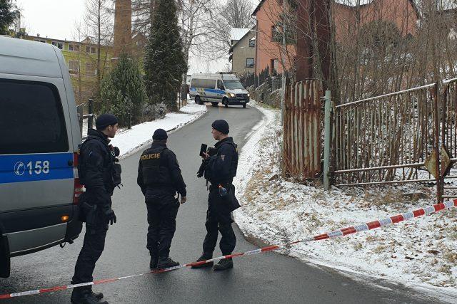 Policisté zasahující u požáru domova pro osoby se zdravotním postižením ve Vejprtech