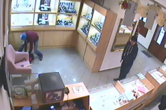Fotografie z videozáznamu bezpečnostní kamery, která zachytila hlavní podezřelé při loupežném přepadení klenotnictví v Teplicích.