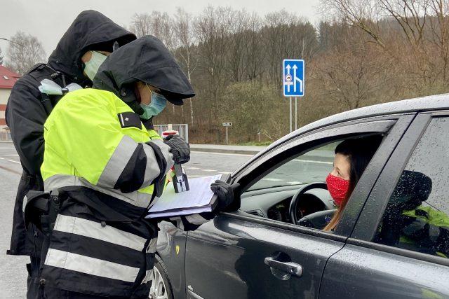 Policisté na hraničních přechodech v noci začali důkladně evidovat jízdy
