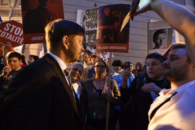 Poslanec STAN Vít Rakušan vyšel z Poslanecké sněmovny mezi demonstranty. | foto: Michal Kamaryt, ČTK
