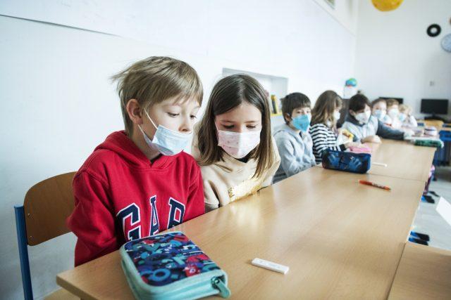 Žáci čekají na výsledek antigenního testu | foto: Michaela Danelová,  iROZHLAS.cz